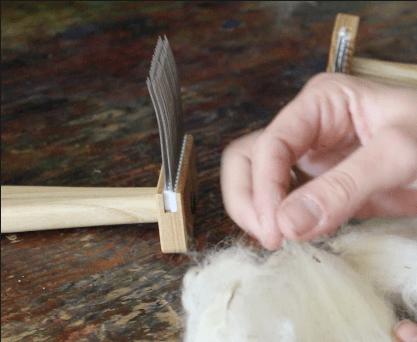 Vor dem Kämmen zupfe ich die Fasern nicht, entferne aber je nach dem Planzenstückchen, wenn möglich.
