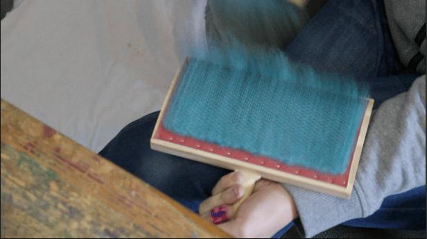 Farbverläufe können mit Handkarden, Kämmen oder Kardiergeräten gemischt werden - arbeite womit du am liebsten arbeitest.