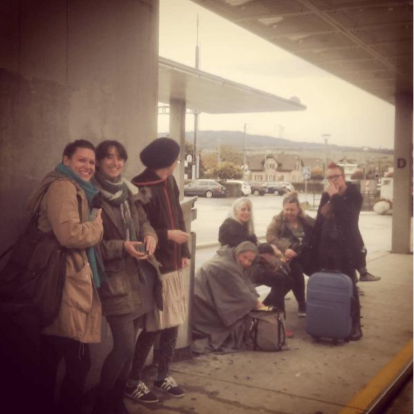 Die Kursleiter warten auf den Bus - (v.r.n.l.) WoolyWormhead, eine Dame, deren Name ich leider nicht kenne, Nancy, Romi Hill, Sidi und ihre Schwester und meine Wenigkeit.