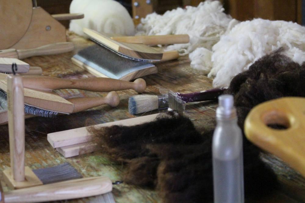 Karden, Kämme und Wolle liegen bereit