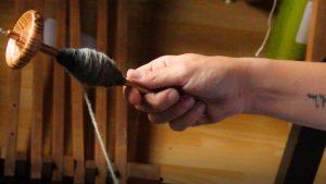 Handspindel von Matthes beim Aufwickeln des Garns auf den Spindelstab