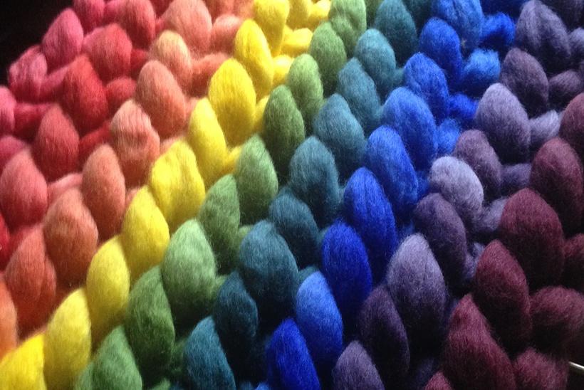 Gefärbte Spinnfasern in verschiedenen Farben Regenbogen