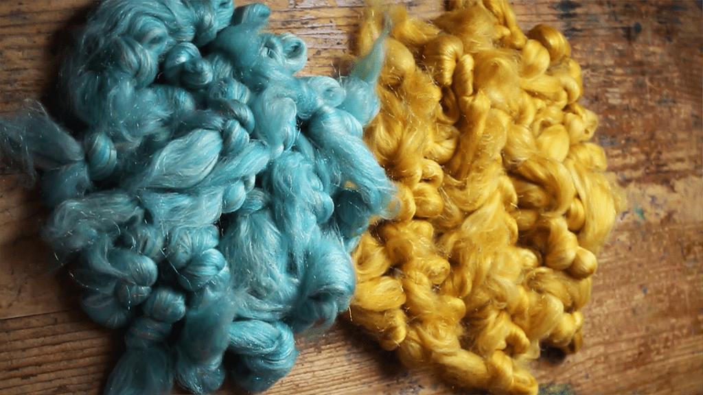 Aufgeteilte Fasern aus zwei Kammzügen fertig zum Sortieren für einen Farbverlauf