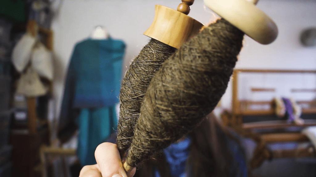 Handspindeln mit handgesponnener Wolle