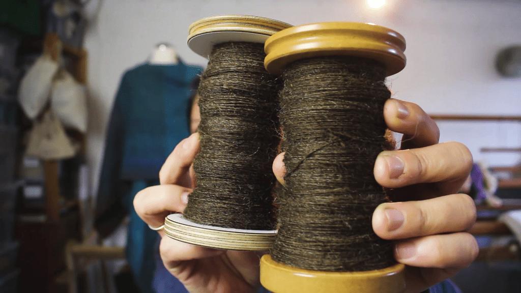 Volle Spulen mit handgesponnener Wolle