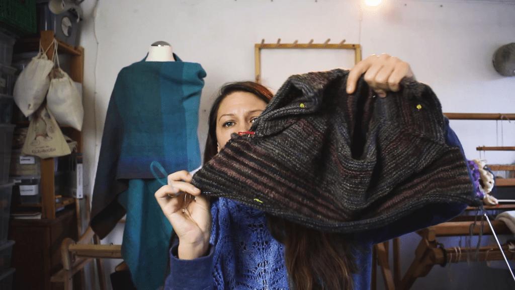 Handgestrickter Pullover aus handgesponnenem Garn